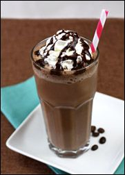 HG's Mocha-Happy Frappé-- low cal makeover for drive thru frappes.but had no idea how many calories they had! Yummy Drinks, Healthy Drinks, Delicious Desserts, Yummy Food, Tasty, Ww Recipes, Skinny Recipes, Chocolate Chip Frappe, Chocolate Syrup