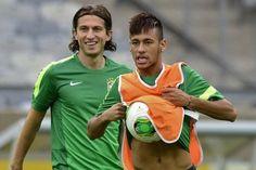 El atacante Neymar (D) y el defensa Felipe Luis toman parte de una sesión de entrenamiento de Brasil, el 25 de junio de 2013 en Belo Horizonte, previo al partido semifinal de la Copa de las Confederaciones ante Uruguay.   Ver foto - Yahoo! Deportes