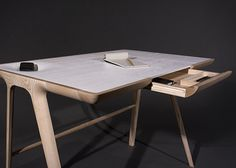 Dare Studio est très connu en Angleterre mais pas seulement, il est un grand spécialiste du mobilier en bois et a développé sa réputation sur la conception de bureaux. Le Maya Desk en est la preuve, encore plus sculptural et contemporain que les précédents, il a été présenté à Design Junction et à 100% Design durant le 2012 London Design Festival.