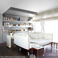 Das quadratische Sofa im Wohnzimmer kommt mit Rollen daher. So kann man die Wohnlandschaft mit den Beistelltischen quer durchs Wohnzimmer schieben – sehr praktisch, wenn man sich einfach nicht entscheiden kann, wo die Couch stehen soll.