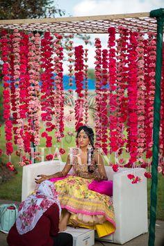 Wedding Backdrop Indian Mehndi Decor 33 New Ideas Desi Wedding Decor, Wedding Stage Decorations, Wedding Mandap, Wedding Garlands, Wedding Garland Indian, Indian Wedding Receptions, Flower Garlands, Wedding Bouquets, Indian Wedding Mehndi