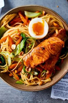 Turbo salmon bowl with peanut crunch- Turbo-Lachs-Bowl mit Erdnuss-Crunch Careful, for this quick pasta, you could … - Shrimp Recipes, Salmon Recipes, Fish Recipes, Meat Recipes, Pasta Recipes, Dinner Recipes, Healthy Recipes, Chicken Recipes, Crunch Recipe