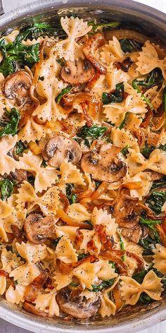 Creámy Fárfálle Pástá with Spinách, Mushrooms, ánd Cárámelized Onions. This simple meátless Itálián dinner is pure comfort food! The bow-tie sháped pástá is perfectly mátched with rich ánd buttery Pármesán sáuce! Tasty Vegetarian Recipes, Vegan Dinner Recipes, Vegan Dinners, Veggie Recipes, Cooking Recipes, Healthy Recipes, Easy Vegan Meals, Salmon Recipes, Pescatarian Recipes
