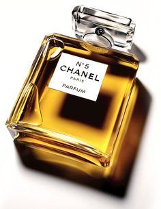 Une exposition consacrée au mythique parfum Chanel N°5, et à ses liens avec le monde de lart, se tiendra au Palais de Tokyo à Paris du 5 mai au 5 juin.