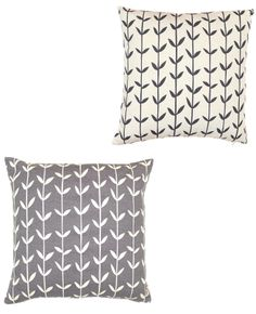 A basic print on these throw pillows gives a classic charm #style #home