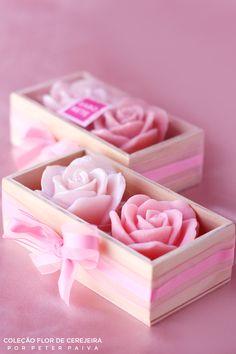 Rosa do marrocos da linha Flor de Cerejeira. Possui essência de Bulhões Flower, Flor de Cerejeira e Ambience. Com extrato de Gérmen de Trigo, manteiga de Karité e óleo de Pamiste.