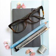 PL⬇️***ITA🇮🇹 ⬇️ ⬇️ *** Piszę Pani na maszynie: A, B, C przecinek... Piszesz gęsim piórem czy stukasz na klawiaturze? ⠀⠀⠀⠀⠀⠀⠀⠀⠀ Kartki spocone od natężonej działalności piśmiennej długopisu. Tu się wiedza gotuje. Od wczoraj (bo lało cały dzień) aspiruję na Koszałka Opałka-wersja bez brody i w spódnicy💃 ⠀⠀⠀⠀⠀⠀⠀⠀⠀ Mamma mia! Kobieto! Jakie to trudne pisać o sobie. O wszystkich kransoludkach świata mogłabym napisać, ale pisząc o sobie totalnie poległam. Podchodzę jak do jeża. I na przemian z… Mamma Mia, Beauty, Instagram, Beleza