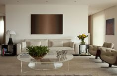 Para inspirar: Uma sala com tonalidades neutras e atemporais, que realçam a forma dos móveis. Projeto de Arthur Casas para um apartamento paulistano.