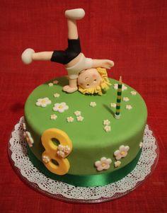pastis d'aniversari... de xocolata decorat amb fondant. I la figureta fent la roda, com fa la Martina!