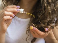 Déjà entendu parler des vertus de l'huile de ricin sur vos cheveux ? Biba vous montre comment vous en servir.