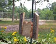 Mangeoire à oiseaux « Hillbilly » pain fait de planches de cèdre récupéré clôture et se bloque par une chaîne de foin ! Un amusant et fantaisiste mangeoire fabriqué à partir de matériaux recyclés et permettra de recycler votre pain tranché ! Il suffit dinsérer une tranche de pain pour nourrir les oiseaux. Pas besoin dacheter des graines pour oiseaux cher !  Jai vu ce type de chargeur utilisé dans les jardins de nombreuses années lors de la visite au Royaume-Uni. Ils en fait griller le pain…