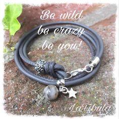 Wunderschönes anschmiegsames Wickelarmband aus grauem gesäumten Lederband mit einem Sternanhänger und einer Achat Perle. Die Schiebeperle ist aus Sterlingsilber.