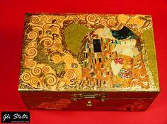 """Scatola artigianale in legno dipinta e decoupata a mano, decorata con foglia d'oro """"Il Bacio di Gustav Klimt"""". Vai al link per tutte le info: http://glistolti.shopmania.biz/compra/scatola-in-legno-decorata-il-bacio-di-klimt-403 Gli Stolti Original Design. Handmade in Italy. #glistolti #moda #artigianato #madeinitaly #design #stile #roma #rome #shopping #fashion #handmade #style #art #arte"""