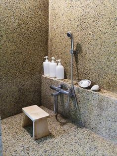 Pebble mosaic in concrete walls Natural Modern Bathrooms, Natural Bathroom, Pebble Dash, Pebble Mosaic, Pebble Stone, Shower Floor, Dream Bathrooms, Glazed Ceramic, Minimalist Decor