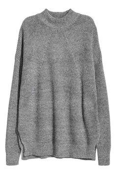 Camisola em malha meia gola: Camisola em malha de canelado inglês de mistura macia de algodão. Modelo com meia gola, mangas compridas, rachas laterais e punhos e cós canelados. Ligeiramente mais comprida atrás.