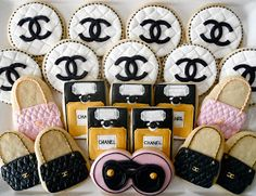 Oh Sugar Events: Designer Cookies ~ Perfect for Jyl - October Chanel cookies Fancy Cookies, Iced Cookies, Cute Cookies, Cupcake Cookies, Sugar Cookies, Cookies Et Biscuits, Chanel Birthday Party, Chanel Party, Sugar Cookie Frosting