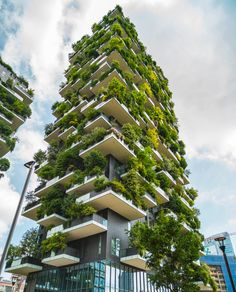 Vertical forest: Around 900 trees grow on the facades of two residential towers in the centre of Milan & Living Architecture Environnementale, Environmental Architecture, Architecture Durable, Futuristic Architecture, Sustainable Architecture, Cades, Architecture Organique, Vertical Forest, Green Facade