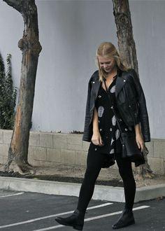 Mini-vestido + jaqueta biker + meia calça + botas Chelsea: uma combinação que sempre funciona.