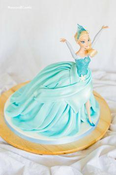Tarta de muñeca Elsa (Elsa Doll cake) Muñeca Elsa Frozen, Disney Frozen Cake, Birthday Cake Video, Frozen Fondant, Elsa Doll Cake, Buttercream Techniques, Elsa Cakes, Barbie Party, Barbie Princess