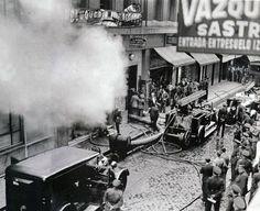 1933. Efectivos del cuerpo de bomberos apagando el fuego originado en la fábrica de juguetes ubicada en la planta baja del inmueble número 5 de la calle de Regueros, 1933.