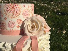 Tarta fondant con papel de azúcar y flores de pasta de goma