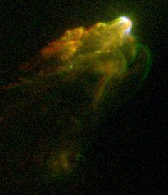 Nebulosa Herbig-Haro 1/2 (HH 1 y HH2). Es una nebulosa de polvo y gas que envuelve una protoestrella, es decir una estrella en formación. Estas nebulosas en realidad son  parches brillantes de nebulosidad, producidas al chocar el gas caliente expulsado por la estrella, a alta velocidad, y el gas y porvo circundante. La ondas de choque son claramente perceptibles en la imagen.