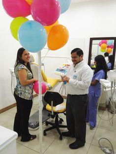EL EQUIPO DE CLINICA ROOSEVELT  inflando globos para nuestros clientes!