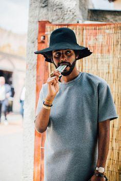 Découvrez les meilleurs looks de rue pris sur le vif par Jonathan Daniel Pryce à la sortie des défilés homme printemps-été 2017 au Pitti Uomo.