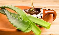 Sunburn Treatment: Mix equal parts aloe vera gel and honey, then spread it on the effected skin. As the aloe vera soothes the burns, the honey will help heal the skin quicker. Health Remedies, Home Remedies, Natural Remedies, Natural Treatments, Como Tomar Aloe Vera, Red Spots On Face, Honey Recipes, Healthy Recipes, Health And Beauty