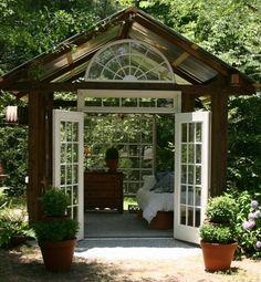 Gartenhaus Glasfenster Landhausstil dunkles Holz weiße Türen