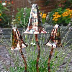 Un monde magique dans votre jardin Créez votre propre monde merveilleux avec cette décoration originale. En métal cuivré, ces champignons pointus...