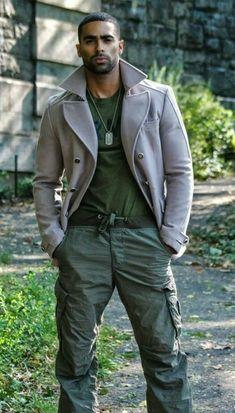 Masculine elegance mans casual wear - like this look but would NEVER tuck in the t-shirt. Fine Black Men, Gorgeous Black Men, Handsome Black Men, Fine Men, Beautiful Men, Sharp Dressed Man, Well Dressed Men, Hot Guys, Mode Man