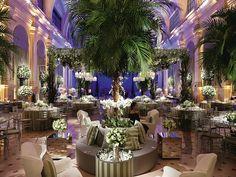 Lounge decoração com palmeiras e rosas brancas- Vic Meirelles