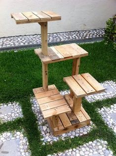 Having the arrangement of pallet into quite a favorable fantastic idea of the outdoor creation look so superb. It makes your house give out the impression as if you are back in the old era house where you support small creation for your house garden areas Cat Tree House, Cat House Diy, Recycled Pallets, Wooden Pallets, Pallet Benches, Pallet Couch, Pallet Tables, Pallet Bar, 1001 Pallets