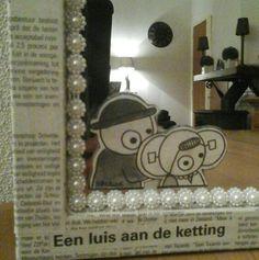 Met kranten gedecoreerde spiegel. Echt zeeuws!