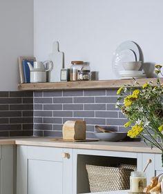 DIY Guide: Tiling a Kitchen Splashback Grey Kitchen Wall Tiles, Grey Gloss Kitchen, Gloss Kitchen Cabinets, Kitchen Splashback Tiles, Kitchen Wall Colors, Grey Tiles, Kitchen Decor, Kitchen Ideas, Tiles Direct