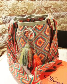 Mochila Wayuu - Una Hebra Tribal Bags, Tapestry Crochet Patterns, Crochet Purses, Crochet Bags, Crochet Shell Stitch, Crochet Sandals, Tapestry Bag, Craft Bags, Beaded Bags
