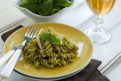 This Gluten Free Pasta with Pistachio Pesto recipe is a quick, easy, and healthy dish that is perfect for dinner or lunch. Pasta Sin Gluten, Gluten Free Pasta, Vegan Gluten Free, Gluten Free Recipes, Vegetarian Recipes, Healthy Recipes, Pesto Uses, Pistachio Pesto, Pizza