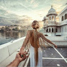 Continuing in Udaipur, India with Natalia Zakharova always wearing Bochic jewelry as she leading Murad Osmann to storied destinations. Bohemian Mode, Bohemian Style, Boho Chic, Boho Gypsy, Beauty And Fashion, Boho Fashion, Fashion Design, Fashion Trends, Style Fashion