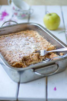 Video Tutorial - Meine Oma zeigt in diesem Video, wie sie ihren berühmten Apfelkuchen macht. #Apfelkuchen #Kuchen Granny's Recipe, Recipe Share, Austrian Recipes, Austrian Food, English Food, Apple Cake, Fabulous Foods, Apple Recipes, Family Meals