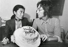 I più grandi matrimoni di sempre: John Lennon e Yoko Ono - Style. John Lennon Birthday, Happy Birthday John, Liverpool, Plastic Ono Band, John Lennon Yoko Ono, Les Beatles, Beatles Photos, 70s Music, Kooples