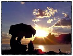 Por de sol, com vista da Pedra do Arpoador, em Ipanema.
