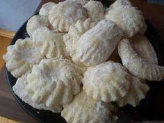 400 g hladkej múky, 150 g strúhaného kokosu, 2 vajíčka, 250 g masla alebo palmarinu, 150 g pr. cukru, 1 balíček prášku do pečiva, pr. cukor na posypanie.