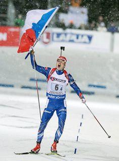 Michal Šlesingr, Veronika Vítková, Gabriela Soukalová a finišman Ondřej Moravec berou zlatou medaili v závodě smíšených štafet na MS biatlonistů ve Finsku