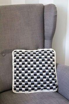 Svarta Fåret : Virkad kudde i Raggsocksgarn (swedish pattern)