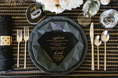 Black and gold wedding table Kate Spade New York, Wedding Place Settings, Wedding Decorations, Table Decorations, Geometric Wedding, Gold Party, Wedding Places, Deco Table, Wedding Designs