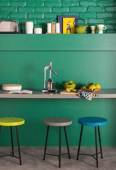 Cette couleur vive s'installe ici dans la cuisine. La bonne idée : repeindre un mur ou une partie de la pièce, ici le coin repas avec briques apparentes. Le vert apporte de la gaieté et renouvelle le style loft new-yorkais dans des teintes qui changent. En savoir plus sur Coté Maison