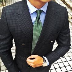This is how you pick a tie Follow our account for daily men's fashion inspiration. _________________________________ @gentlemensexclusive #dressy#mensweardaily#confidence#pocketsquare#fashionformen#monkstraps#suitup#londonfashion#highclassfashions#italianstyle#highfashion#ootdmen#luxuryfashion#dapperfam#realmen#bespoke#fashionstatement#dresswell#mensfashionblog#menstyleguide#gq#gqstyle#malefashion#mnswr#gentlemen#alexandercainheuk#rayyounis#italiandesign