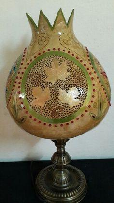 #sukabagi #gourdlamp #renkler #ahsaptasarim #evdekorasyon #bahce #dizayn #hatay #samandag #kelebekler #çiçekler #sanat #sanatci #boncuk #ahsaptasarim #evdekorasyon #bahce #dizayn #hatay Pyrography Patterns, Lampshade Designs, Gourd Lamp, Nature Crafts, Lampshades, Diy Projects To Try, Gourds, Gourd Art, Craft