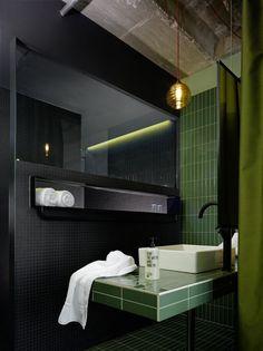 Esencia cerámica en el baño del hotel bikini. Sin miedo a mostrar el canto de la pieza tal y como es.